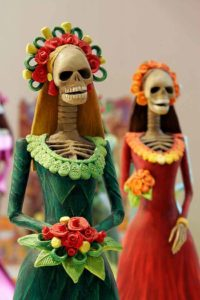 Calaberitas mexicanas de cartonería llamadas Catrinas
